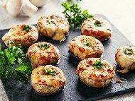 Пълнени гъби печурки с бекон, крема сирене и кашкавал печени на фурна